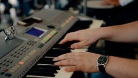 Sluit omhoog geschotene mens het spelen piano stock videobeelden