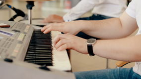 Sluit omhoog geschotene mens het spelen piano stock video