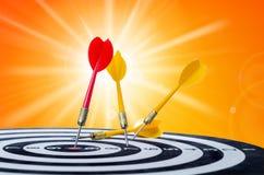 Sluit omhoog geschotene rode pijltjepijl op centrum van dartboard en gele a Royalty-vrije Stock Afbeelding