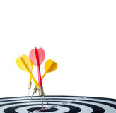 Sluit omhoog geschotene rode pijltjepijl op centrum van dartboard en gele a Stock Fotografie