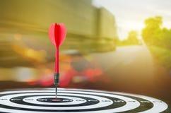 Sluit omhoog geschotene rode pijltjepijl op centrum van dartboard met transpo Stock Fotografie
