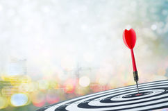 Sluit omhoog geschotene rode pijltjepijl op centrum van dartboard met transpo Stock Afbeelding