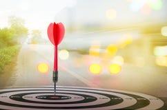 Sluit omhoog geschotene rode pijltjepijl op centrum van dartboard met transpo Royalty-vrije Stock Afbeeldingen