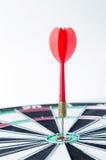 Sluit omhoog geschotene rode pijltjepijl op centrum van dartboard, metafoor aan Royalty-vrije Stock Foto