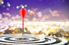 Sluit omhoog geschotene rode pijltjepijl op centrum van dartboard op bokehblu Royalty-vrije Stock Fotografie