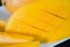 Sluit omhoog gesneden Gele mango stock afbeelding