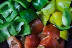 Sluit omhoog gesneden rood, geel en groene paprika's Royalty-vrije Stock Afbeelding