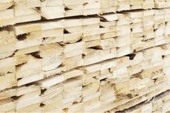 Sluit omhoog gestapelde houten planken bij zaagmolen voor biomassabrandstof royalty-vrije stock foto