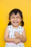 Sluit omhoog gezicht van Aziatisch jong geitje toothy het glimlachen gezichtsgezicht met happi stock foto's