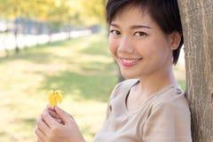 Sluit omhoog gezicht van jonge Aziatische vrouw met het glimlachen gezicht en relaxin Royalty-vrije Stock Afbeeldingen