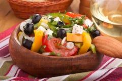 Sluit omhoog gezonde Griekse salade stock foto's