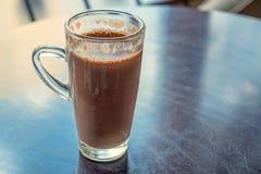 Sluit omhoog glas met cacao op lijst Royalty-vrije Stock Foto