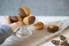 Sluit omhoog glasplaat met vanillechocolade cupcakes royalty-vrije stock afbeeldingen