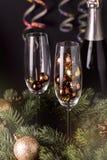 Sluit omhoog Glazen met Decoratie en Champagne Bottle Wooden Background Christmas-van het de Kaartnieuwjaar van de Nieuwjaarvakan stock afbeeldingen