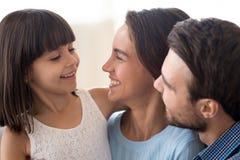 Sluit omhoog glimlachende diverse familie met kleine dochter royalty-vrije stock fotografie