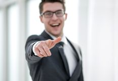 Sluit omhoog Glimlachende Jonge Zakenman Pointing At You stock foto