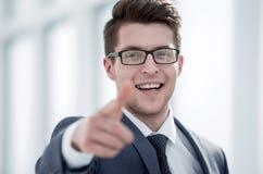 Sluit omhoog Glimlachende Jonge Zakenman Pointing At You royalty-vrije stock afbeelding