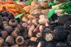 Sluit omhoog groenten bij openluchtmarkt Royalty-vrije Stock Afbeeldingen