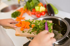 Sluit omhoog groenten op de houten raad Stock Afbeeldingen