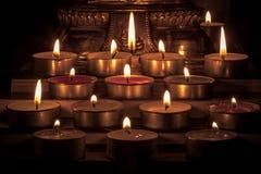Sluit omhoog Groep het branden van kaarsen in Thaise stijl met vage knop Stock Foto