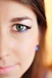 Sluit omhoog half gezichtsportret van een mooie jonge vrouw royalty-vrije stock afbeeldingen