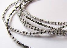 Sluit omhoog Halsband van Staal en Glas Antieke Parels op Witte Rug Royalty-vrije Stock Foto
