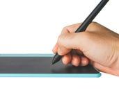 Sluit omhoog Hand op pen en muisstootkussen Royalty-vrije Stock Afbeeldingen