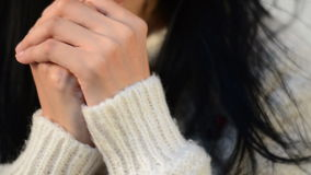 Sluit omhoog hand van Aziatische de liefdemuziek van de meisjeslijst stock videobeelden
