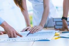 Sluit omhoog hand van moderne bedrijfsadviseursvergadering om de situatie op de krant in de vergaderzaal te analyseren en te besp royalty-vrije stock afbeeldingen