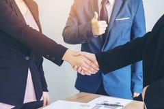 Sluit omhoog hand van op de markt brengende managerwerknemer royalty-vrije stock foto