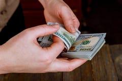 sluit omhoog handen van rekeningen van de vrouwen de tellende Amerikaanse dollar royalty-vrije stock afbeeldingen