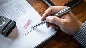 Sluit omhoog handen van zakenman het ondertekenen en zegel op document document om de overeenkomst van het handelsinvesteringenco stock fotografie