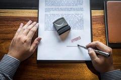 Sluit omhoog handen van zakenman het ondertekenen en zegel op document document om de overeenkomst van het handelsinvesteringenco royalty-vrije stock foto's