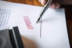 Sluit omhoog handen van zakenman het ondertekenen en zegel op document document om de overeenkomst van het handelsinvesteringenco stock foto