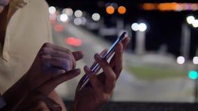 Sluit omhoog Handengebruik de Rol van het Telefoontouche screen aan het Doorbladeren in de Avond stock videobeelden