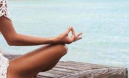 Sluit omhoog Handgebaar van Vrouw die Openluchtlotus yoga position doen royalty-vrije stock afbeeldingen