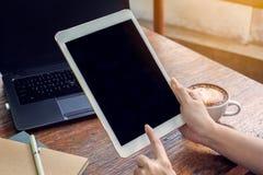 Sluit omhoog handvrouw gebruikend tablet in koffiewinkel stock foto