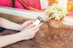 Sluit omhoog handvrouw gebruikend telefoon in koffiewinkel met uitstekende toon royalty-vrije stock fotografie
