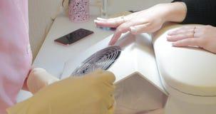 Sluit omhoog Hardwaremanicure De handen van de vrouw met verwijderd gel stock footage