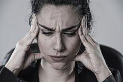 Sluit omhoog het aantrekkelijke bedrijfsvrouw werken op kantoor in spanning die aan intense hoofdpijn lijden Royalty-vrije Stock Afbeelding