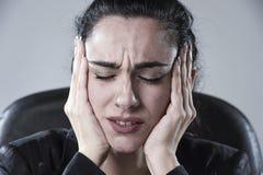 Sluit omhoog het aantrekkelijke bedrijfsvrouw werken op kantoor in spanning die aan intense hoofdpijn lijden Stock Foto