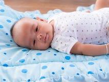 Sluit omhoog, het Aziatische pasgeboren baby glimlachen Stock Foto's