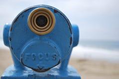 Sluit omhoog het blauwe punt van de telescoopmening uit kijkend aan overzees met exemplaarruimte aan Stock Fotografie