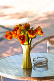 Sluit omhoog het boeket van de elegantiebloem op lijst Royalty-vrije Stock Fotografie