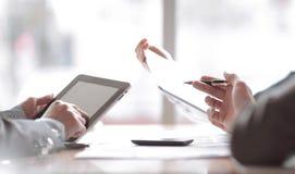 Sluit omhoog het commerciële team bespreekt nieuwe ideeën in het bureau stock afbeelding