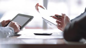 Sluit omhoog het commerciële team bespreekt nieuwe ideeën in het bureau royalty-vrije stock foto's
