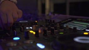 Sluit omhoog het dek van DJ en correcte console voor huismuziek bij de partij van de nachtclub Het controlemechanisme van DJ voor stock footage