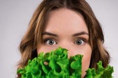Sluit omhoog het gelukkige meisje stellen met geïsoleerde salade stock afbeelding