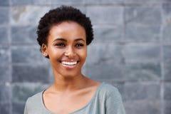 Sluit omhoog het glimlachen jonge zwarte vrouwelijke mannequin stock foto