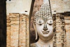 Sluit omhoog het Grote standbeeld van Boedha bij het historische park van Sukhothai Srichumtempel, Thailand Royalty-vrije Stock Foto's